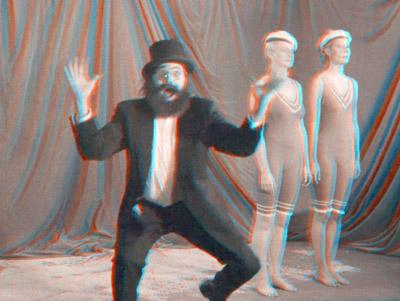 Kolmiulotteisia kuvia (1991). Ohjaus: Juho Gartz. Kuva näkyy kolmiulotteisena punaviherlaseilla, punainen vasemmalle silmälle. Kuvassa: Markku Lehmuskallio. Kuva: Jan-Eric Nyström ©