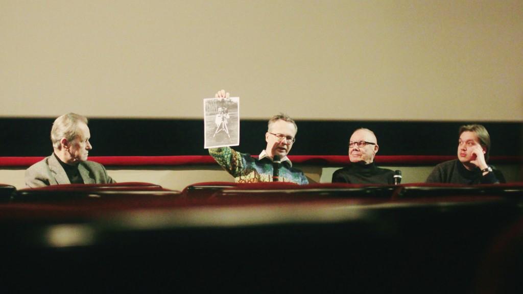Jan-Eric Nyström kertoo rakentamastaan 3D-filmikamerasta. Kuvassa: Tuomo Kattilakoski, Jan-Eric Nyström, Juho Gartz ja Joonas Ranta. Kuva © Aarni Vaarnamo